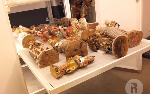 Armari de la reserva amb escultures ja tractades i emmagatzemades